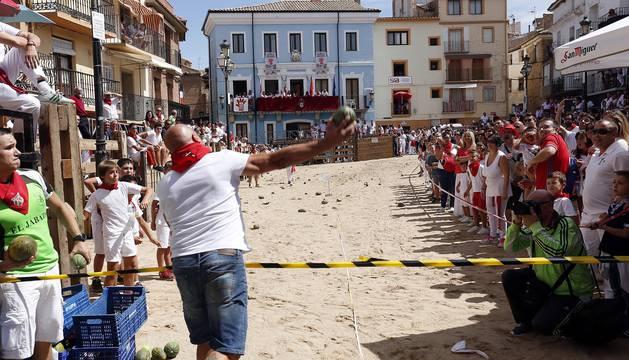 Durante las fiestas de Ablitas, en el día de los mayores y jubilados, se desarrolla el campeonato de lanzamiento de melones
