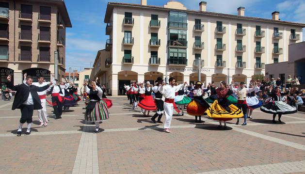 Instante de la actuación conjunta de los 10 grupos que se dieron cita en las Jornadas Nacionales de Folclore Juvenil de Tudela.