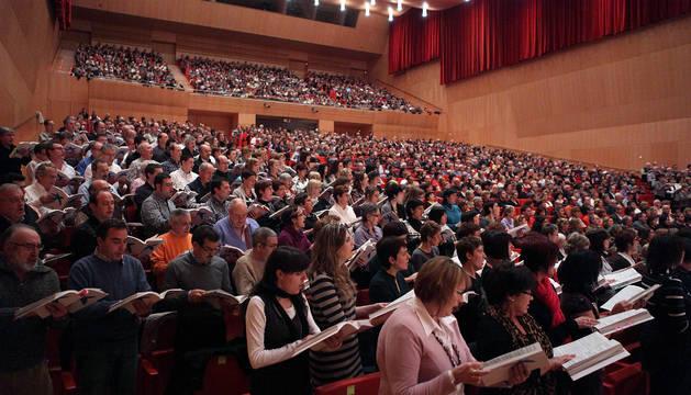 Imagen de un ensayo de un concierto participativo en Baluarte, en el que participaron miembros de diferentes coros, en diciembre de 2010.
