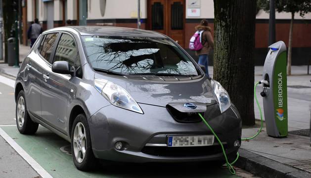 Un vehículo eléctrico carga la batería en Pamplona.