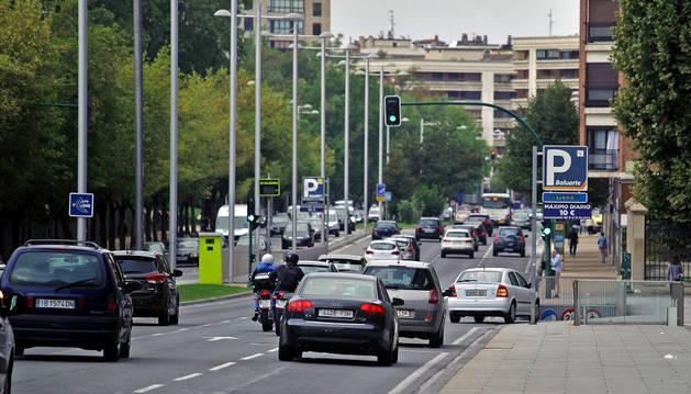 Circulación de vehículos en la avenida del Ejército en una imagen tomada este miércoles por la mañana.