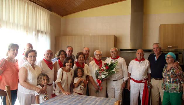 Mª Teresa Saenz Pejenaute, de 87 años de edad, en el centro con un ramo de flores y rodeada de familiares y ediles, durante el homenaje que recibió en su domicilio de la localidad ribera.