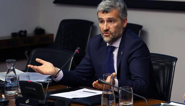 El rector de la Universidad Pública de Navarra (UPNA), Alfonso Carlosena, en una comparecencia parlamentaria.