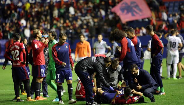 Foto de Mateo, en el suelo, atiende a Diego Martínez antes de la prórroga.
