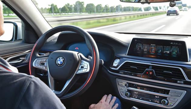 Prueba de conducción autónoma de BMW, donde el conductor queda a merced del automóvil y de la tecnología.