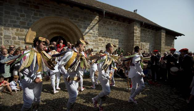 Los danzantes de Ochagavía rodean a Nuestra Señora de Muskilda