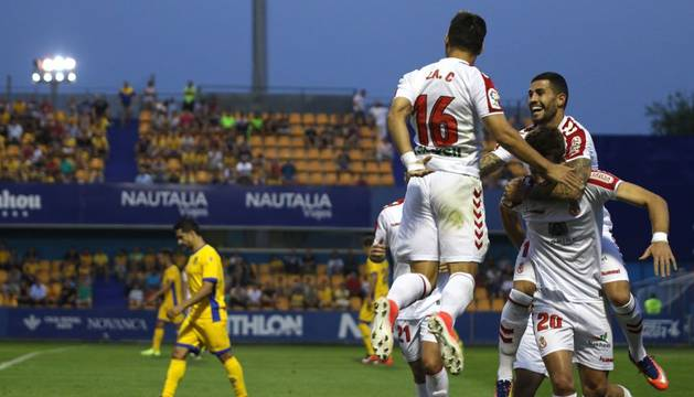Los jugadores de la Cultural Leonesa celebran uno de los goles del partido.