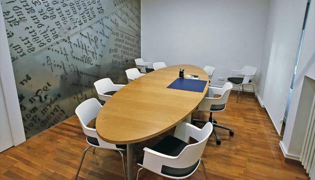 Mesa de firmas del despacho de la notaría de Aldaba y Doria, alrededor de la que se sientan los herederos para conocer los testamentos.