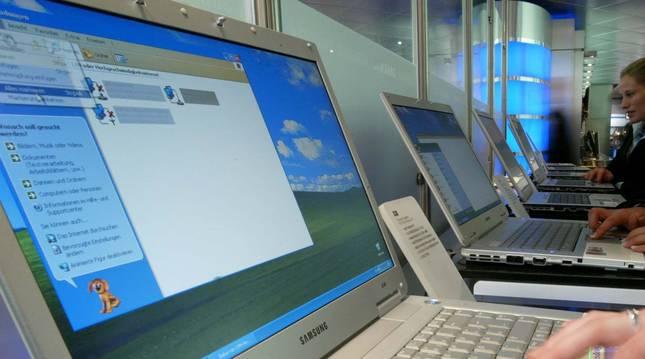 Imagen de diferentes usuarios utilizando el ordenador.