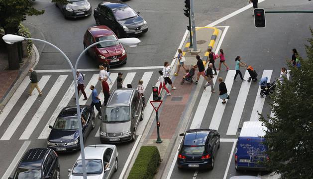 Decenas de personas atraviesan un paso de peatones en la avenida Conde Oliveto una mañana tras haberse introducido los cambios en el tráfico.