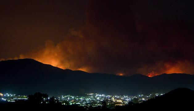 Imagen del incendio tras la localidad de Nerva (Huelva), declarado el viernes en el paraje El Guijarro del término municipal de La Granada de Riotinto.