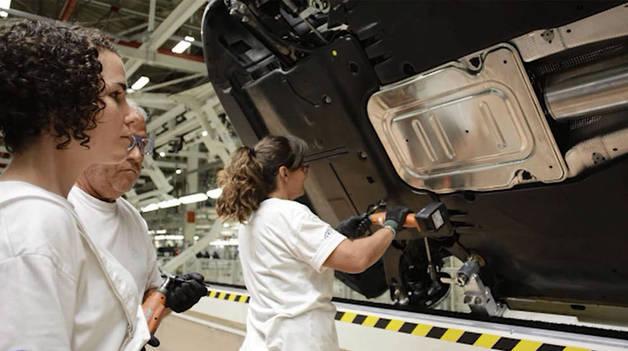 Trabajadores de Volkswagen Navarra en el montaje del nuevo polo.