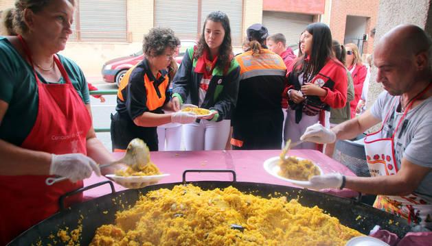 Un momento del reparto de la paellada popular que degustaron ayer en Milagro.