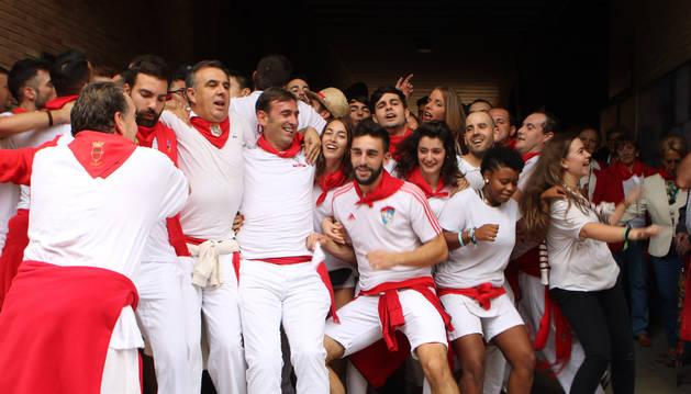 Una cuadrilla de fiteranos disfruta del pasacalles del 'Bolo' bailando e intentando impedir el paso de la corporación municipal.