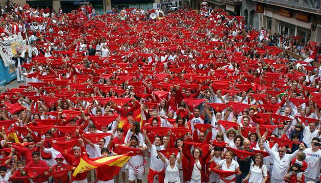 Cientos de vecinos de Cascante llenaron la plaza para disfrutar del cohete que dio inicio a sus fiestas patronales.