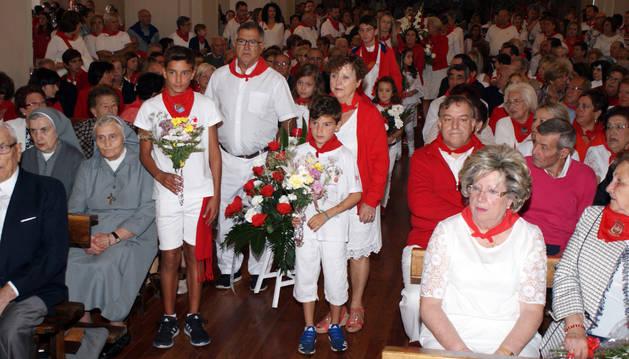 Foto de Cascantinos de todas las edades participaron en la ofrenda floral en honor a la Virgen del Romero que se celebró ayer en la basílica.