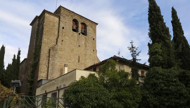 Foto en primer término, la casa parroquial donde se produjo el robo. Detrás, la iglesia.