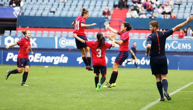 Primer partido de fútbol femenino en El Sadar