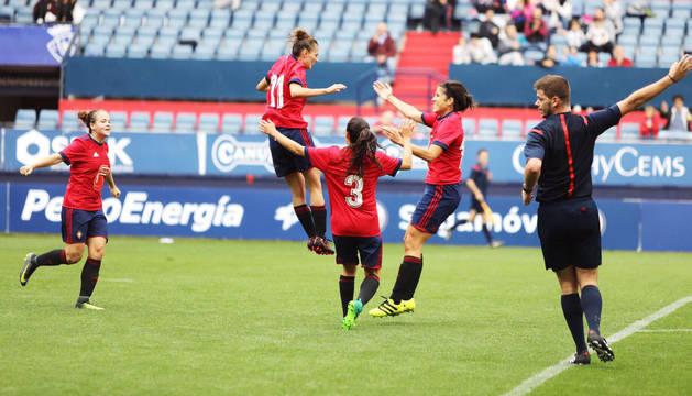 Osasuna marca gol en el primer partido de fútbol femenino en El Sadar