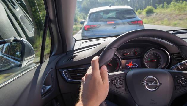 Una persona, a los mandos de un coche.