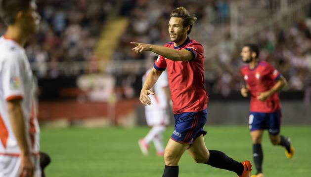 Xisco dedica a sus compañeros uno de los dos goles que consiguió ayer en Vallecas. El mallorquín ha logrado tres goles en apenas una semana.