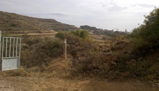 Una de las balizas colocadas en las rutas sobre caminos rurales.