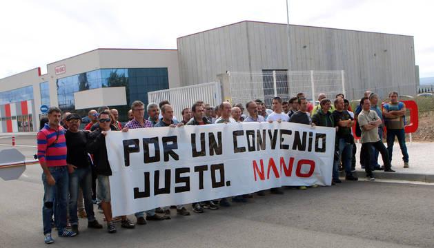 Trabajadores de Nano en la concentración que tuvo lugar al mediodía de ayer a las puertas de la planta tudelana de la empresa.