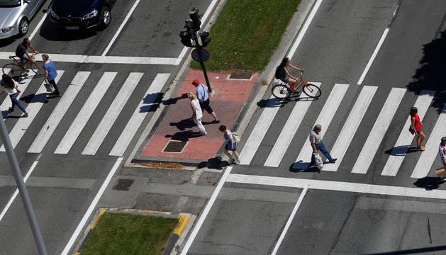 Imagen de peatones y ciclistas cruzando por un paso de peatones de la avenida Pío XII.