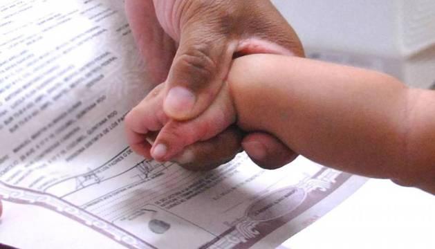 Los padres son quienes inscriben al bebé con un determinado orden de los apellidos. Después, a partir de los 18 años, ya podrá contradecir la decisión de sus padres, si así lo desea.