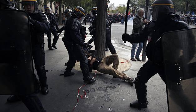 La reforma laboral va a aprobarsevía decreto respaldada por el presidente del país, Emmanuel Marcron, y miles de franceses protestan en las calles parisinas contra la medida.