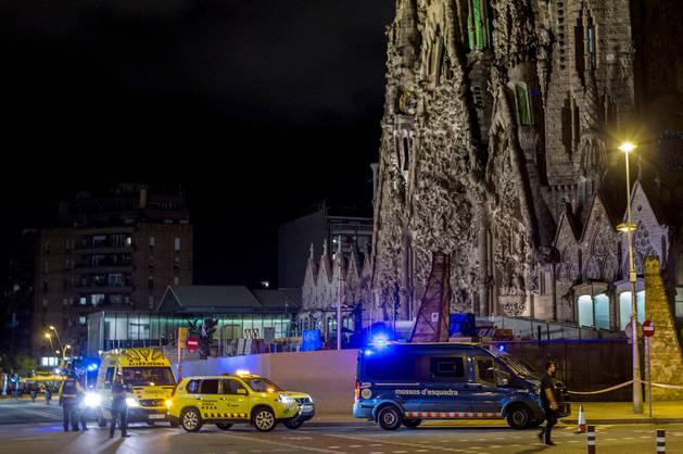 Imagen de los Mossos en los alrededores de la Sagrada familia de Barcelona tras la alerta terrorista.