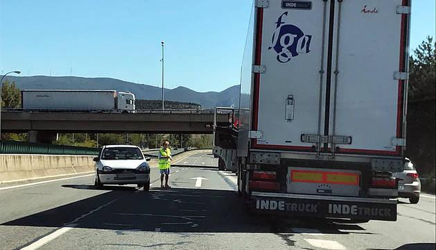 El camión, atravesado en la calzada en la AP-15.