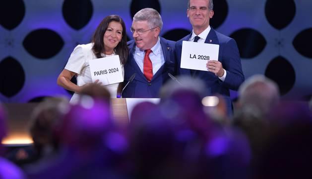 Los alcaldes de París y Los Ángeles, Anne Hidalgo y Eric Garcetti, junto al presidente del COI, Tomas Bach.