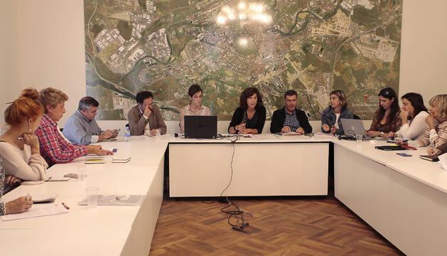 Patricia Perales, en el centro de la imagen, durante la Mesa de Comercio celebrada ayer.