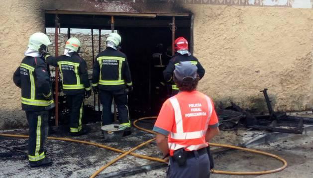 Los bomberos trabajan en una casa incendiada en Caparroso.