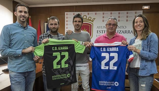Desde la izquierda, Diego Prendes, primer entrenador; el alcalde Koldo Leoz;   Bruno Araiz, capitán; Alfonso Canela, presidente del Izarra; y Marta Astiz, concejal de Turismo, muestran las camisetas.