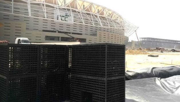 Imagen del material suministrado con el estadio al fondo en obras.