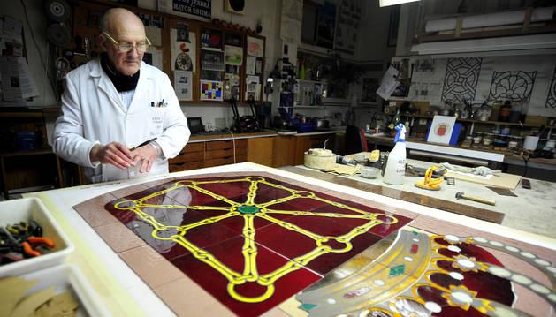 Alberto Chueca, en su taller de Olite realizando el escudo.