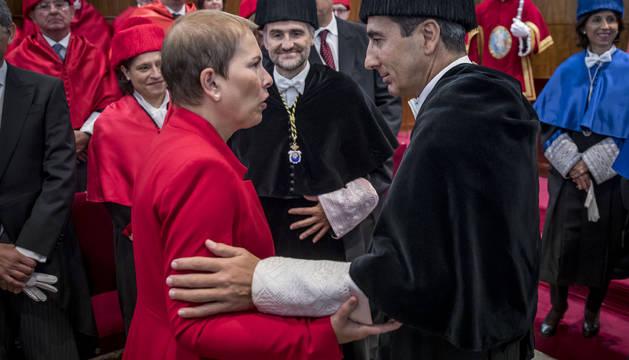 Foto de la presidenta del Gobierno foral, Uxue Barkos, y el rector de la Universidad de Navarra, Alfonso Sánchez Tabernero, charlando tras la apertura del nuevo curso académico 2017-2018.