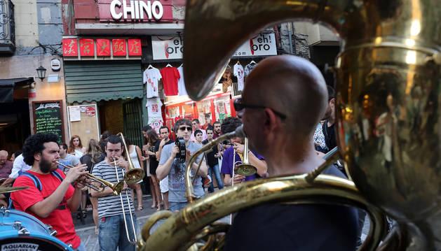 Música en la calle, en junio de 2015, en la calle Estafeta de Pamplona.
