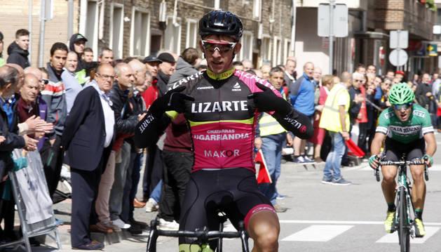 Zhyhonou celebra la victoria ayer en la meta de Alsasua, donde conquistó su tercer triunfo del año.