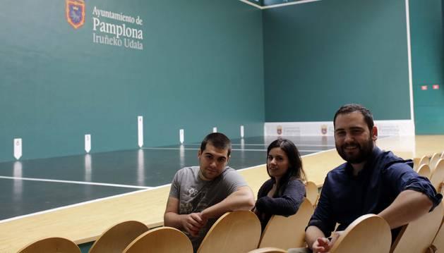 Iñaki Navarro, Lucía Arrieta  e Iñaki Urbina, autores del documental Labrit 65, ayer en las butacas de cancha del recinto pamplonés. El documental se estrena el lunes, a partir de las 19:30 horas en el Condestable.