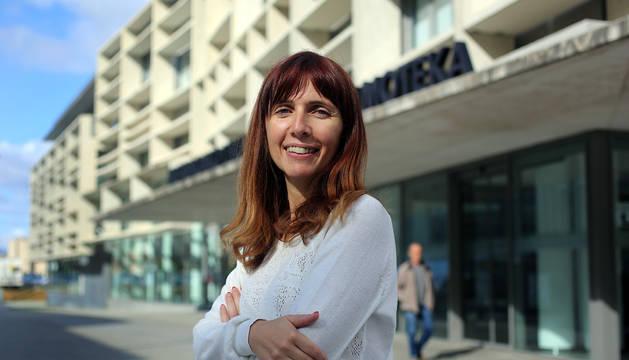 Maite Monar, ayer, ante el edificio de la Biblioteca de Navarra, en la que tuvo lugar la jornada del Servicio de Bibliotecas Bibliotecas públicas y público adolescente.