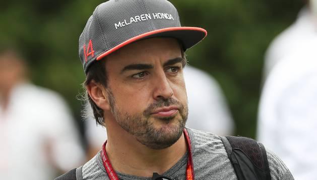 Foto de Fernando Alonso, de McLaren Honda, durante la primera sesión de entrenamientos libres en el circuito urbano de Marina Bay, en Singapur.