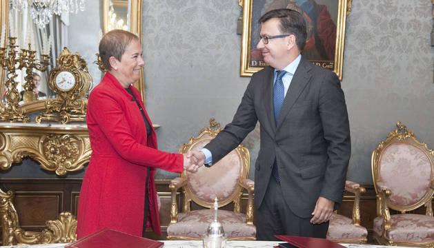 La presidenta Barkos y el vicepresidente Escolano tras la firma del acuerdo.