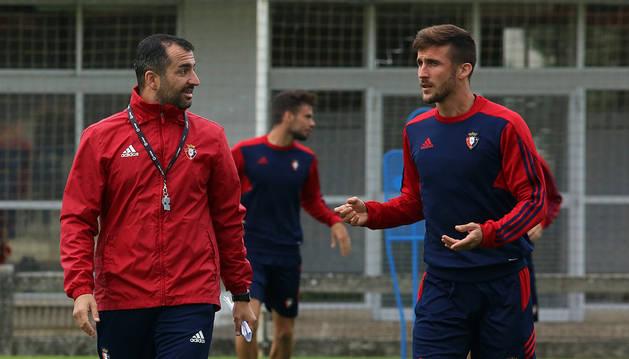 Diego Martínez charla con Oier en un entrenamiento en Tajonar