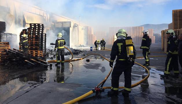 Un incendio calcina palés en el exterior de una empresa de Gazólaz