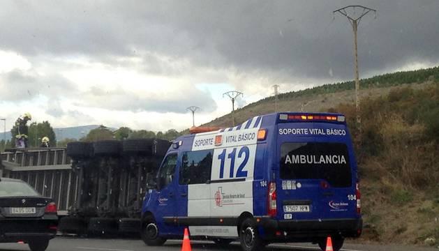 Un vehículo de carga volcó este sábado 16 de septiembre en la PA-30 a la altura de Ansoáin sin lamentar víctimas persona.es