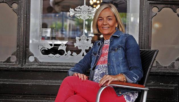 Ainoa Irurre Pérez, vicepresidenta de Shneider Electric Ibérica, sentada delante del pamplonés Café Iruña, uno de sus lugares preferidos, momentos antes de la entrevista.