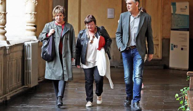 Beaumont, ayer entre su jefa de gabinete, Paula Ibero, y el director general, Agustín Gastaminza.